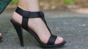 高跟鞋鞋子和长的礼服的妇女走在路面路慢动作的 影视素材