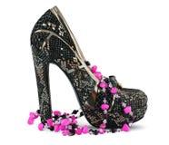 高跟鞋鞋子和项链 免版税库存图片