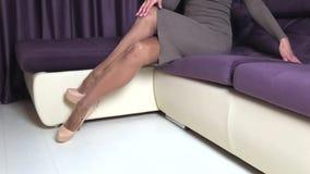 高跟鞋鞋子的妇女美妙地盘腿 影视素材