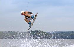 高跳的wakeboarder 免版税库存图片
