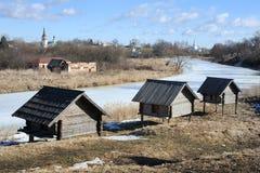 高跷的三个老谷仓临近冻Kamenka河-苏兹达尔Lan 图库摄影