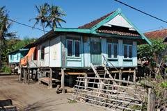 高跷的传统五颜六色的家庭房子 免版税库存照片