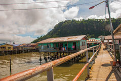 高跷的传统房子在水 山打根,婆罗洲,沙巴,马来西亚 免版税库存图片
