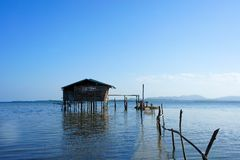 高跷的传统渔夫的房子在海 免版税库存照片