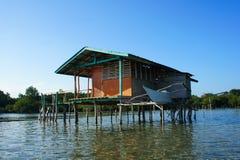 高跷的传统渔夫的房子在海 免版税图库摄影