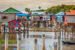高跷的家在部落Phluk, Tonle浮动村庄  免版税图库摄影