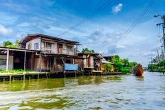 高跷的木房子在查奥Praya河,曼谷,泰国河沿  免版税库存照片