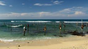 高跷的渔夫在斯里兰卡的海岸 免版税库存照片