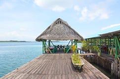 高跷的热带餐馆 免版税库存照片