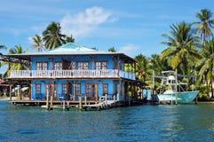 高跷的美丽的热带房子在加勒比 图库摄影