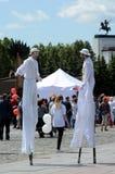 高跷的艺术家在俄罗斯的天的庆祝时Poklonnaya小山的 库存图片
