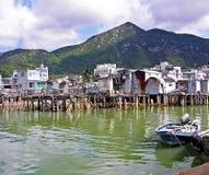 高跷的被毁坏的房子在Lantau海岛上的渔村大澳在香港 免版税库存照片