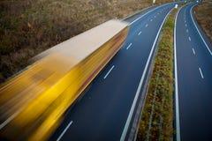 高速公路业务量-行动被弄脏的卡车 免版税库存图片