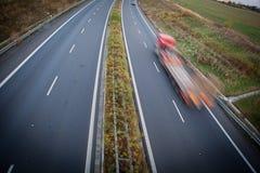 高速公路业务量-行动被弄脏的卡车 免版税库存照片