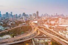 高速公路交叉点有街市企业背景 免版税库存照片