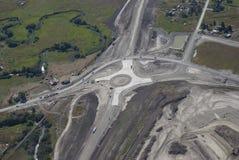 高速公路交叉点环形交通枢纽 库存照片