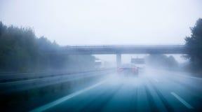 高速公路交通在一个雨天 免版税库存照片