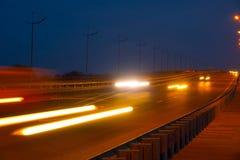 高速公路交通汽车在blured的晚上 继续前进在bri的汽车路 免版税图库摄影