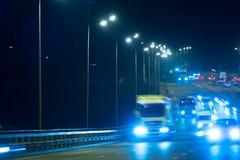高速公路交通汽车在blured的晚上 继续前进在bri的汽车路 库存照片