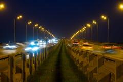高速公路交通汽车在blured的晚上 继续前进在bri的汽车路 库存图片