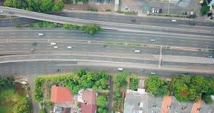 高速公路俯视图有快速的交通的 股票录像