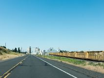 高速公路到镇里 免版税库存照片
