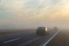 高速公路和一辆汽车在雾 免版税库存照片