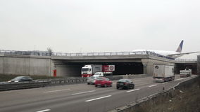高速公路和乘出租车的飞机 影视素材
