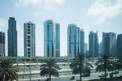 高速公路和地铁在迪拜,阿拉伯联合酋长国 免版税图库摄影