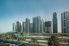 高速公路和地铁车站在迪拜,阿拉伯联合酋长国 免版税图库摄影