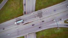 高速公路和天桥空中英尺长度与汽车和卡车 股票视频