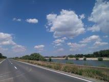 高速公路和天空与云彩 图库摄影