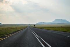高速公路和山,自由州,南非 库存图片