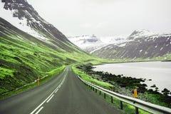 高速公路和海湾美好的ladnscape冰岛的 库存照片