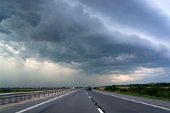 高速公路和风暴天空 库存图片