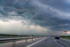 高速公路和风暴天空 免版税库存照片