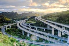 高速公路在与汽车的夜在现代城市点燃在台湾,亚洲 库存照片