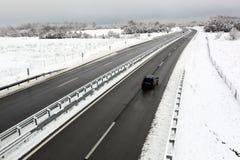 高速公路在与雪的冬天 免版税库存图片
