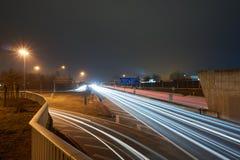 高速公路在与lighttrails的晚上 免版税库存照片