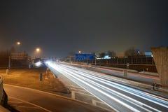高速公路在与lighttrails的晚上 免版税库存图片