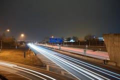 高速公路在与lighttrails的晚上 库存照片
