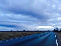 高速公路在乡下 库存照片