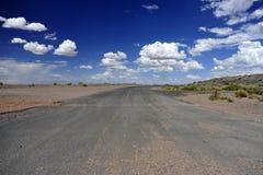 高速公路在亚利桑那沙漠 库存图片