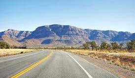 高速公路在内华达沙漠 库存图片