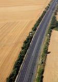 高速公路在农田里 免版税库存图片