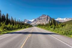 高速公路在加拿大罗基斯,班夫国家公园 免版税库存照片