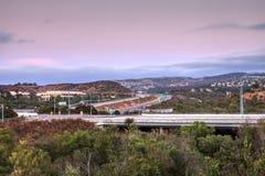 高速公路在尔湾,加利福尼亚,日落的 免版税库存图片