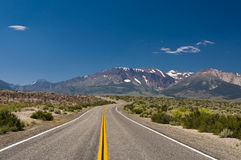 高速公路在沙漠 图库摄影