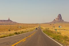 高速公路在纪念碑谷、犹他和亚利桑那 库存照片