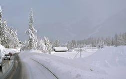 高速公路在通过冬天 免版税库存图片
